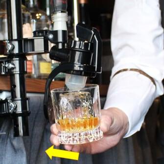 ハンドルにグラスを軽く当てて抽出。口部で押し当てるのではない為グラスに優しい。