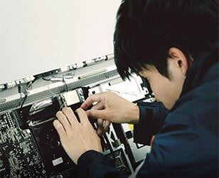 機械を整備するスタッフ