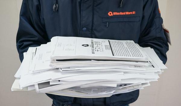 シュレッダーで細断する大量の資料