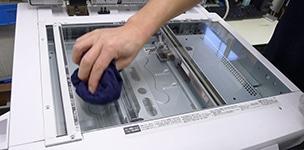 コピー機の整備工程 ガラス台の清掃