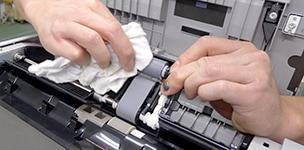 コピー機の整備工程 給紙ローラーのクリーニング