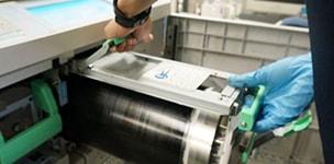 印刷機の整備工程 機械内部の整備
