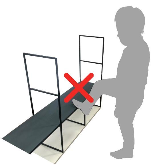 棚板の上に乗ったり、足をかけたりしないでください