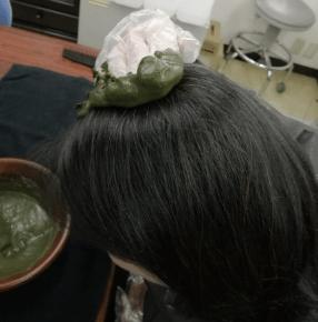 たっぷりと髪の毛にヘナを塗る