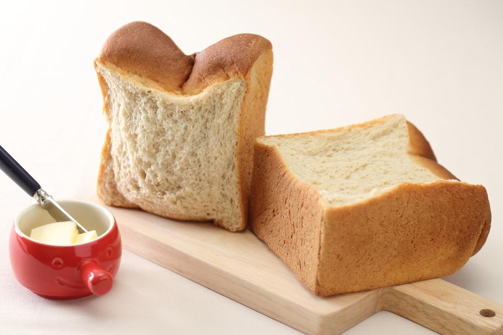 糖質制限 山型食パンは、100gあたりの糖質を約5.6gと、一般的なパンに比べ、87%オフ。糖質制限に取り組まれている方や糖質が気になる方におすすめです。