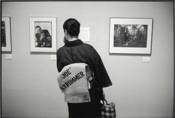 「ジョー・ストラマーの写真の前で」2009 川崎