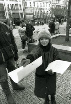 『1989年 東欧、真冬に咲いた花』より「民主化推進のビラを配る少女」 1989年 プラハ