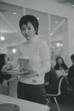 カフェで働く玉緒さん 1999年 東京