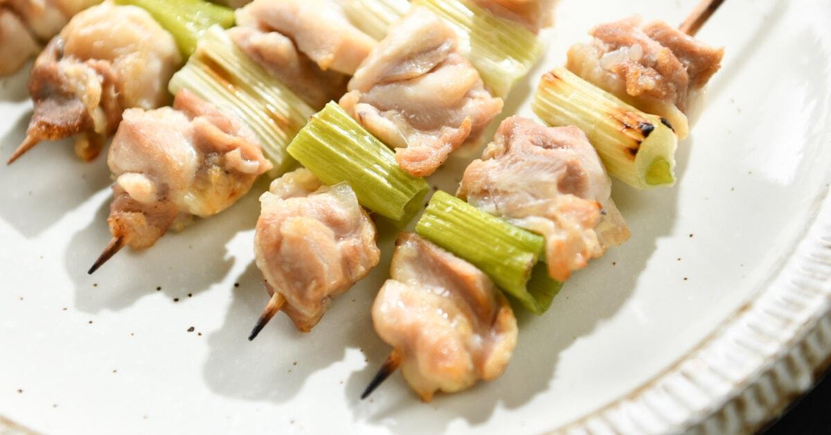 塩で焼いた焼き鳥の串・ねぎま5本