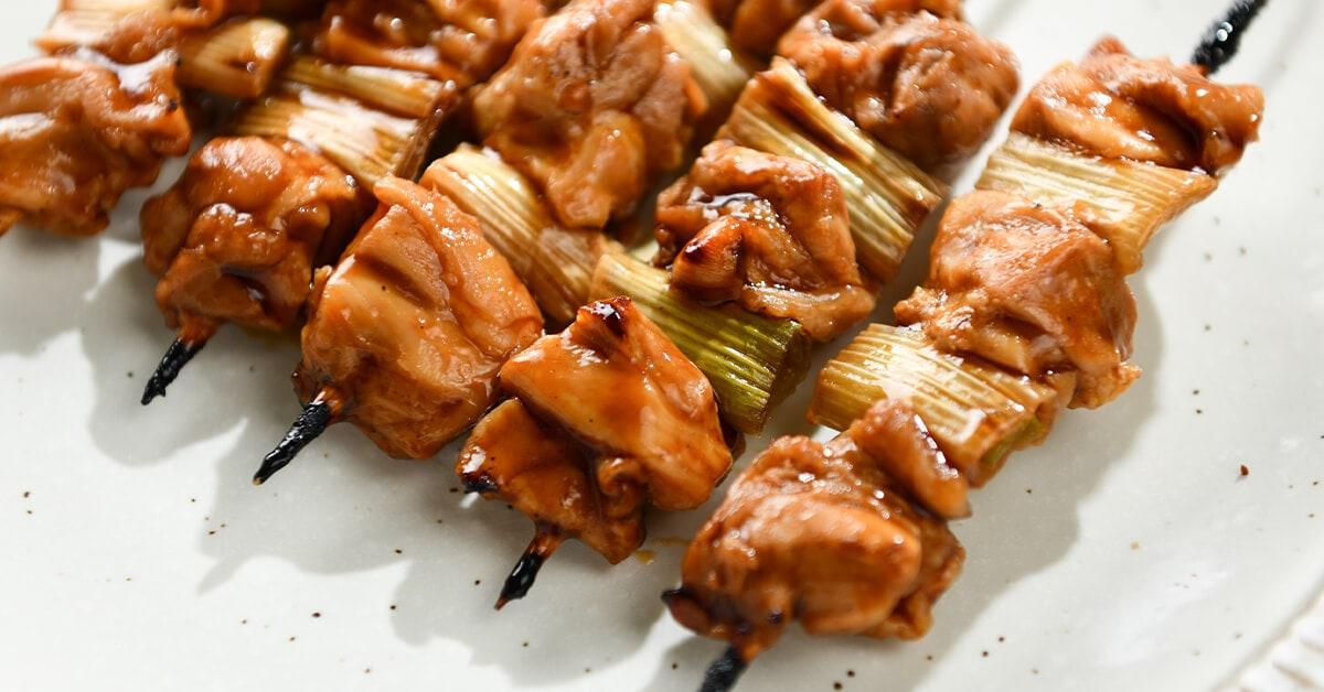タレで焼いた焼き鳥の串・ねぎま5本