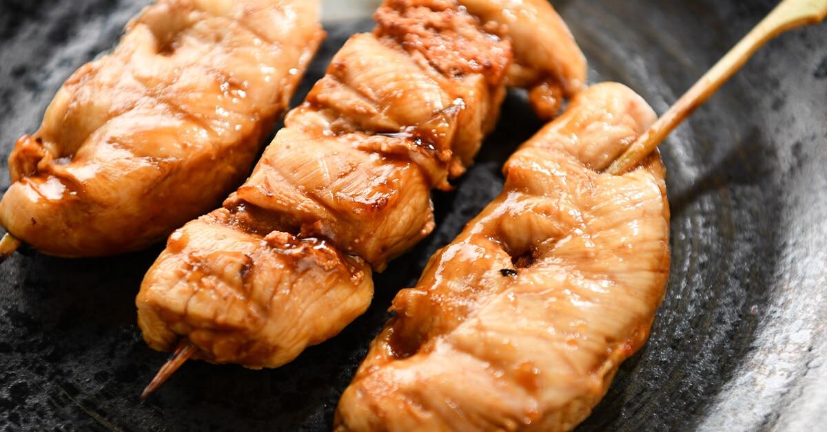 タレで焼いた焼き鳥の串・ささみ3本