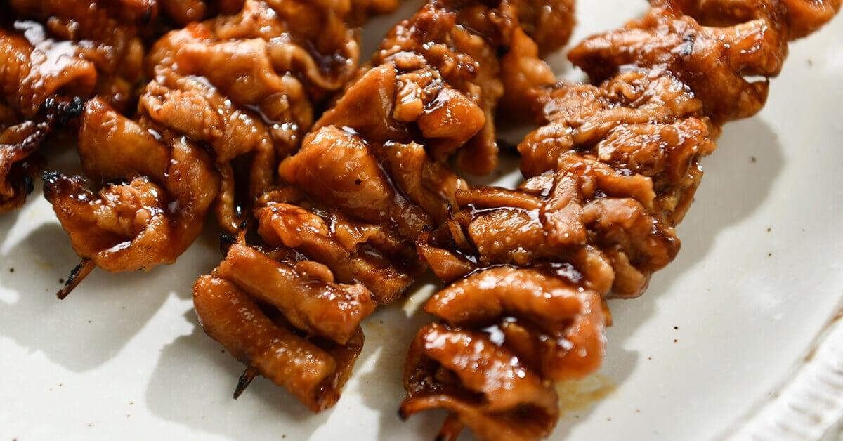 タレで焼いた焼き鳥の串・カワ串5本