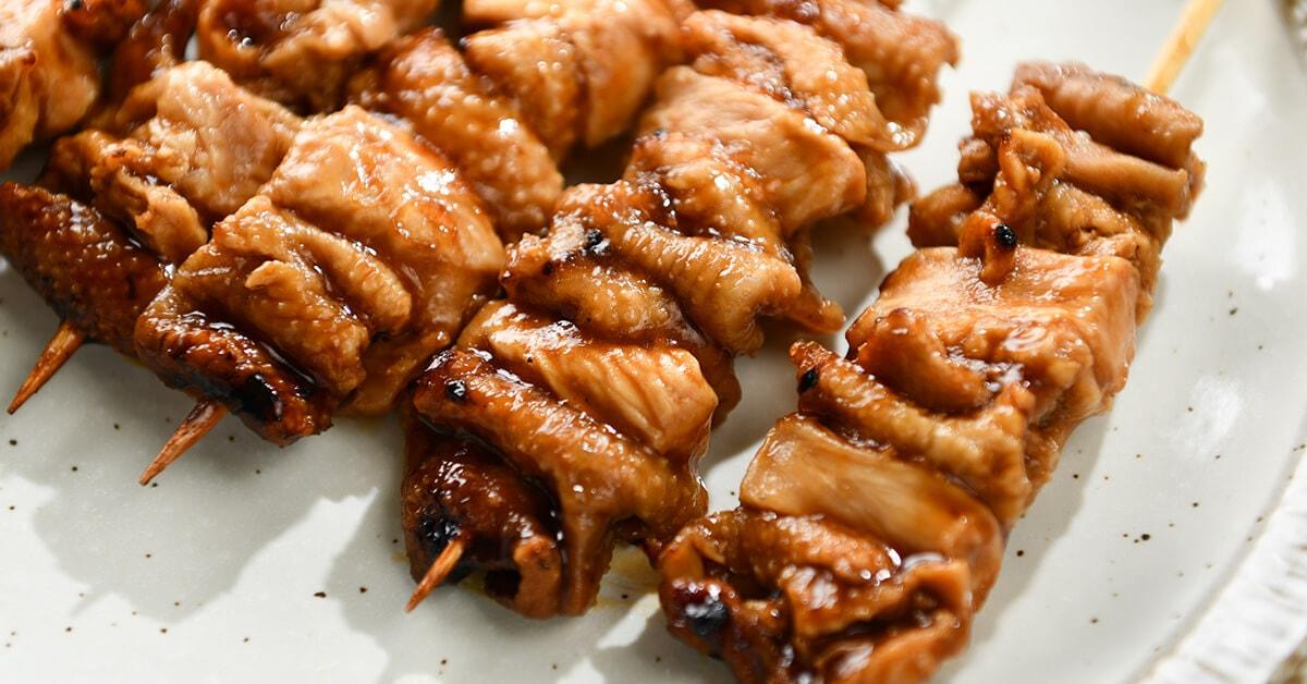タレで焼いた焼き鳥の串・むね皮(だきみ)5本