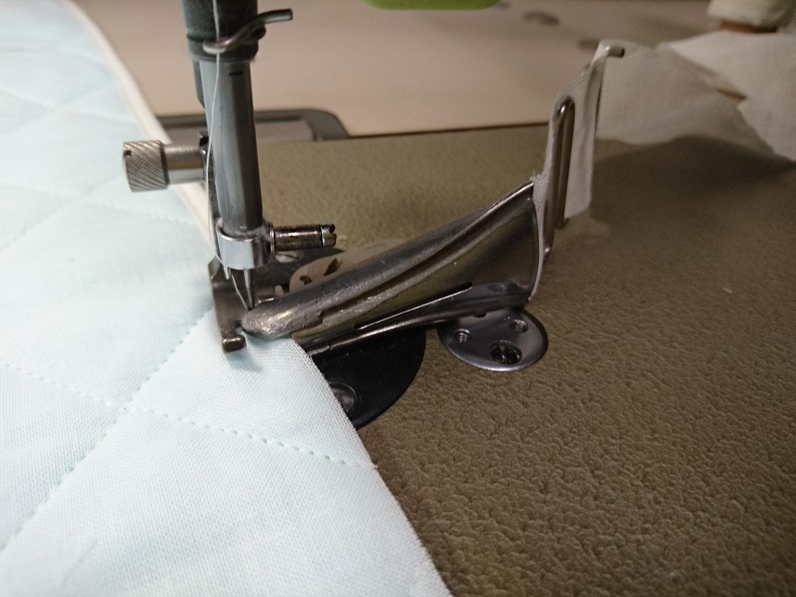 ガーゼテープをアタッチメントに通し縫製。
