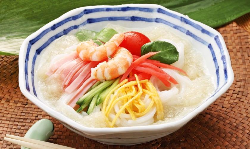 オニオンドレッシングスープでつくる「冷麺風」米の麺