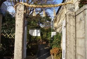 安居神社の参道入口。狭い参道