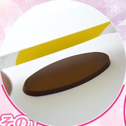 チョコレートのプレートに専用のシートをそっとかぶせます