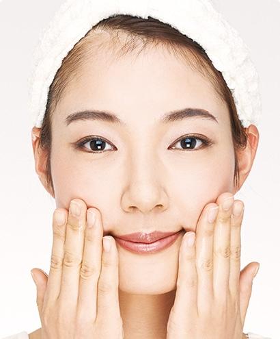 バームが液状になったら、顔にのせ指の腹でマッサージ洗顔