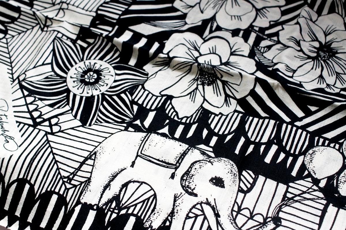 機械染めではなく、京都の職人さんによる手染めによって「ヘイニ・リータフフタ」が描き出す色や柄を丁寧に表現しています。サーカスはモノトーンでシンプルな色味ながら、その存在感のある花な動物たちの柄により、物を包んだ時や折りたたまれた時にどこが表になっても躍動感のある柄を楽しむことが出来ます。