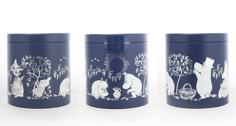 ムーミンポップコーン缶 ベリーキャラメル 缶のデザインにもムーミンたちがこけももを摘む姿が描かれています