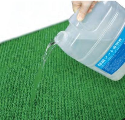 除菌マットに洗浄液を注ぐ様子
