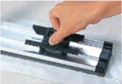 ダスターをクリップでしっかり固定します。クリップをカチッと音がするまでつまみ、シートをセット戻す。