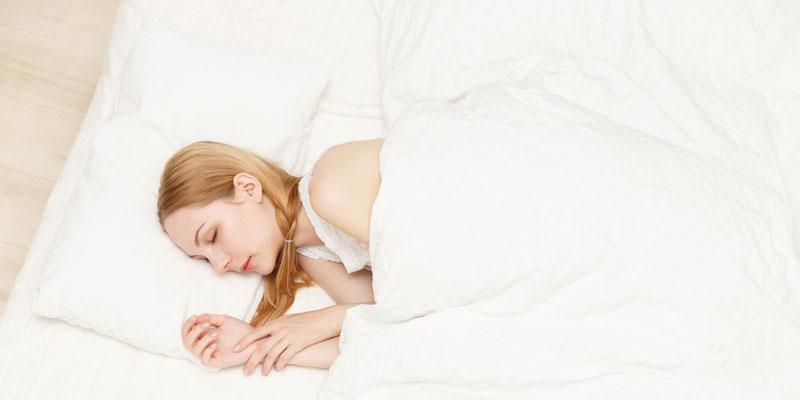 寝室で安眠するアロマオイル