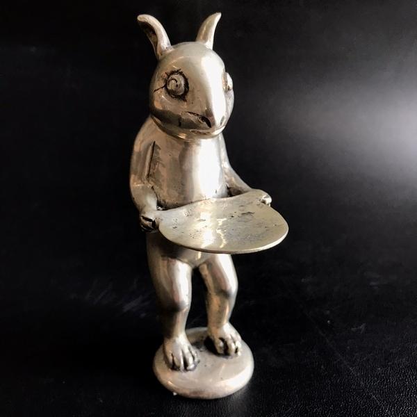 皿を持つクリンチ/お盆を持つウサギ/真鍮製