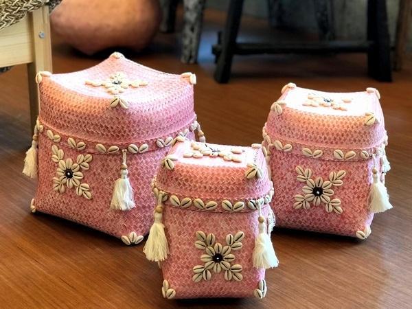 バンブーでしっかりと編み込み、 シェルで飾りをつけたソカシ。 可愛くて収納も出来る 蓋つきの小物入れです。 ギフトボックスにしても素敵! バリ島伝統のバスケットです。