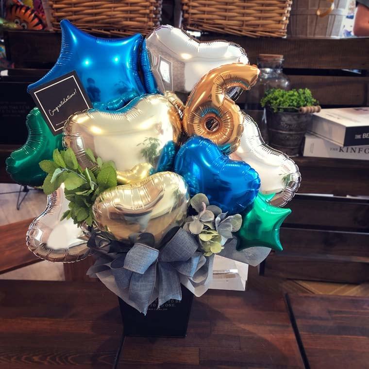 男性への贈り物に人気のデザイン☆お好きなナンバーバルーン入り置き型バルーンギフト