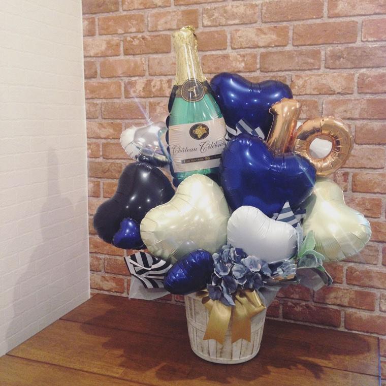 シャンパンバルーンとネイビーカラーでシックな大人っぽい雰囲気の置き型バルーンギフト