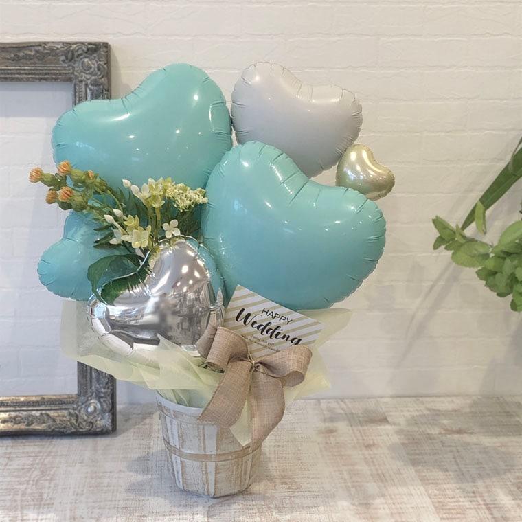 爽やかなミントカラーとお花でナチュラルでオシャレな雰囲気の置き型バルーンギフト