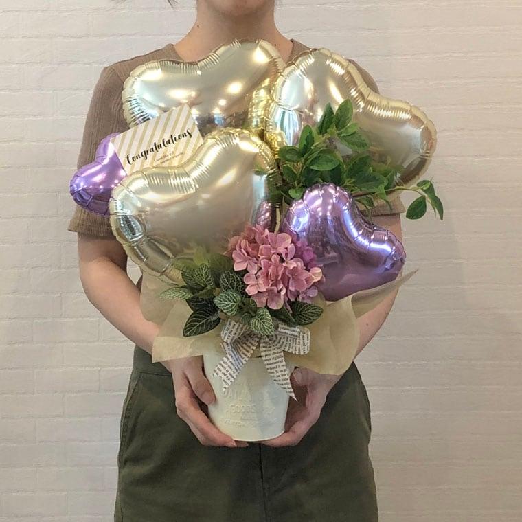 お誕生日のお祝いや開店祝いにも!ピンクのお花と上品なゴールドで大人の女性にもぴったりな置き型バルーンギフト サイズ