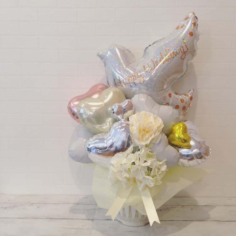 結婚祝い・ウェルカムスペースなどに!Happyweddingハトと白いお花で華やかな置き型バルーンギフト
