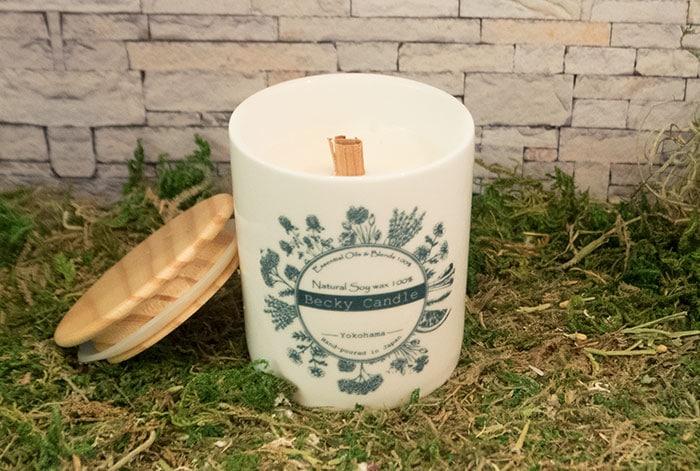 調香したオリジナルの香料は陶器の器を使用したキャンドルにすることが出来ます。