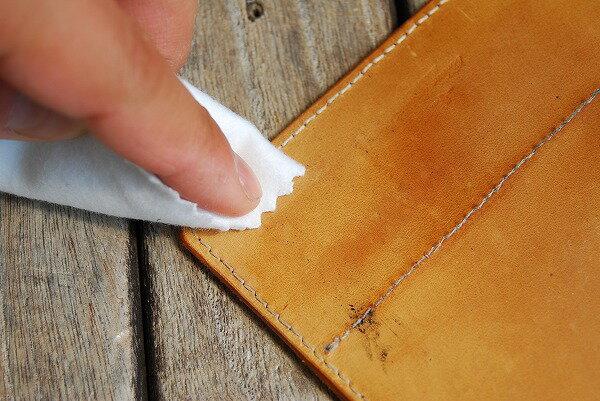 少量革につけて磨く事で手垢等の黒ずみや雨に濡れた後のしお吹きなどの汚れを落とします。