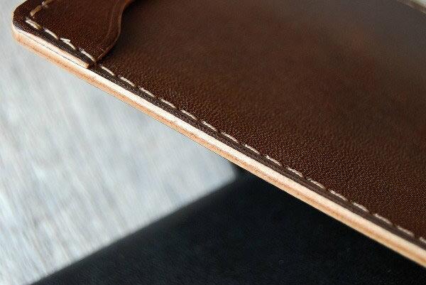 厚いヌメ革を貼り合わせて丈夫な作り、コバの仕上げも綺麗