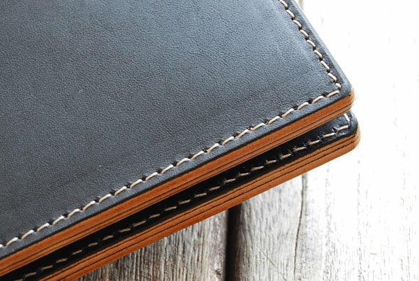皮革専用の丈夫な糸で丁寧にステッチ。