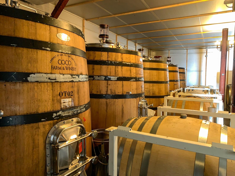 樽発酵のワインも多いココ・ファーム・ワイナリー。木製の発酵槽や大きいサイズの木樽など、設備も充実