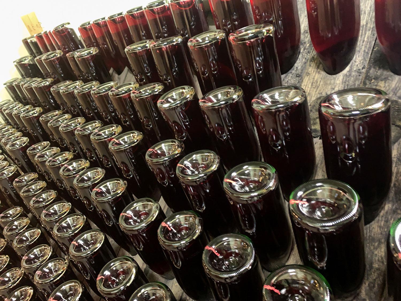 ルミアージュ(動瓶)も全て園生たちの手作業。衝撃的なまでに、瓶底の印の向きが揃っている。