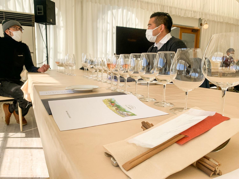 併設のカフェで試飲。デギュスタシオン・コースや、季節のコースなど、食事のメニューも充実している。