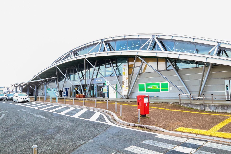 JR赤湯駅東口。パラグライダーを模したモダンなデザインは、旧通商産業省のグッドデザイン賞を受賞している。