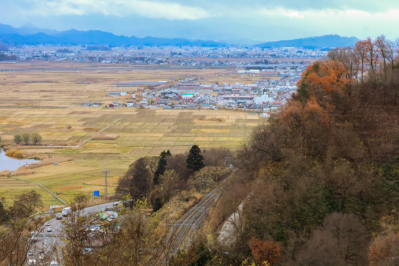 南東を向いた名子山の畑からは、水田が広がる置賜盆地を一望できる。