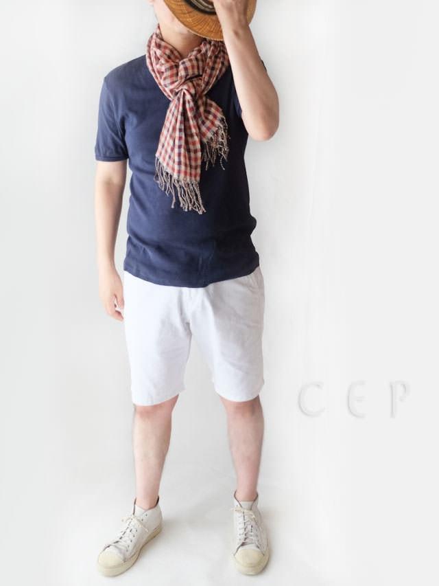 紺色のTシャツと短パンに似合うストール メンズ チェック