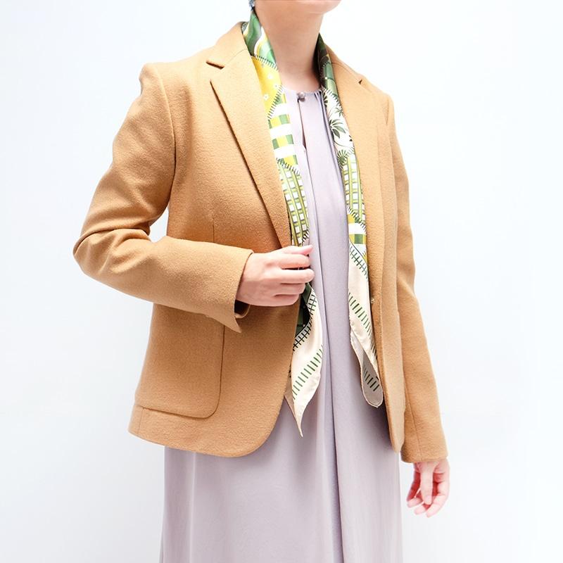 シルクスカーフ キャメル色ジャケットとのコーデ 88cm角約90×90サイズ グリーン色