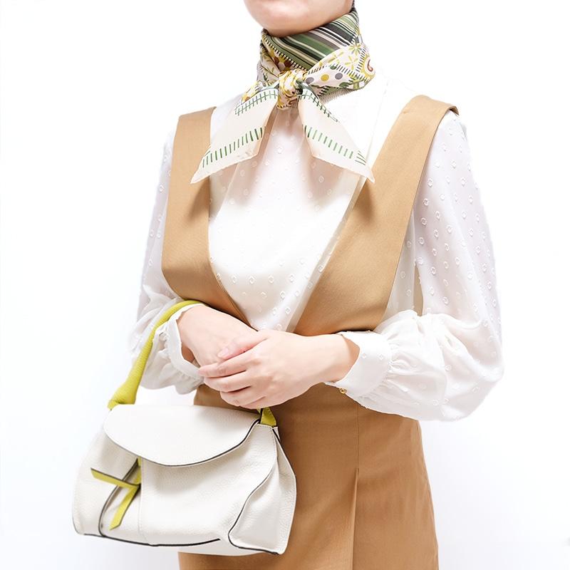 シルクスカーフ キャメル色ジャンパースカートとのコーデ 88cm角約90×90サイズ グリーン色