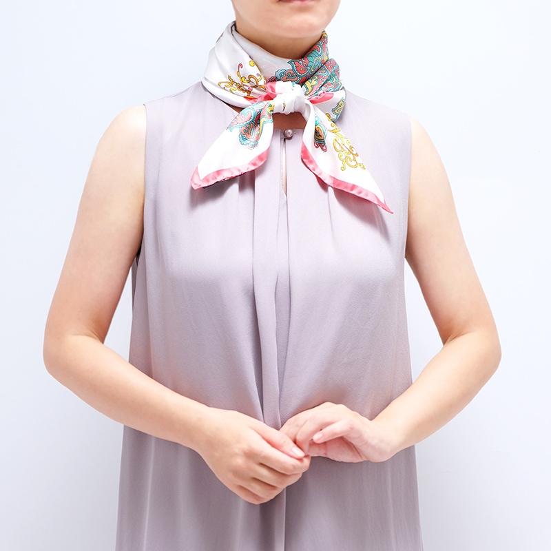 シルクスカーフ ワンピースとのコーデ 首元でバンダナ巻き 88cm角約90×90サイズ ピンク色