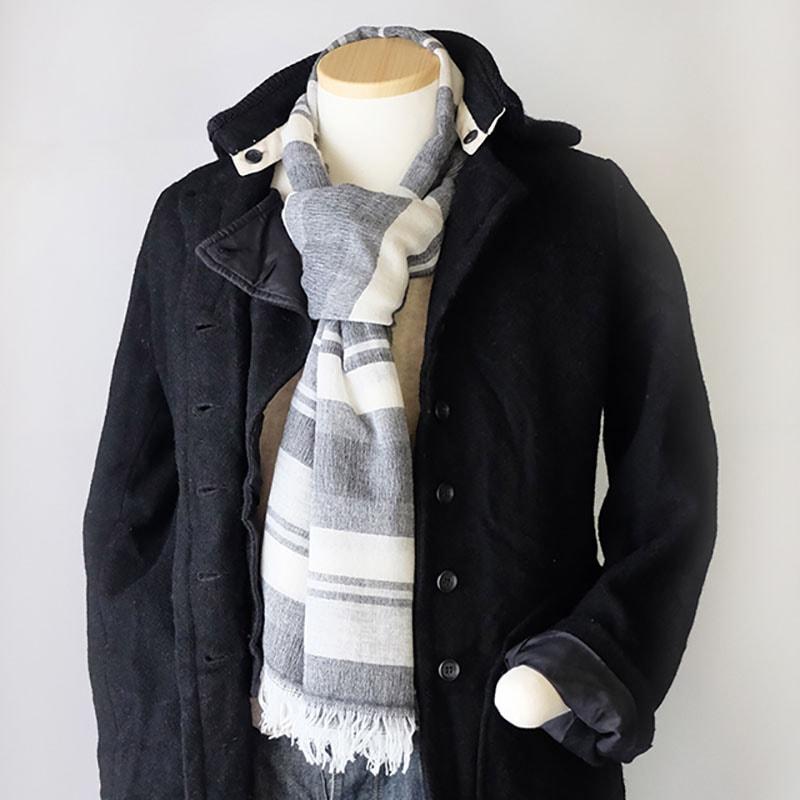 メンズストールと黒色コートの秋冬コーデ