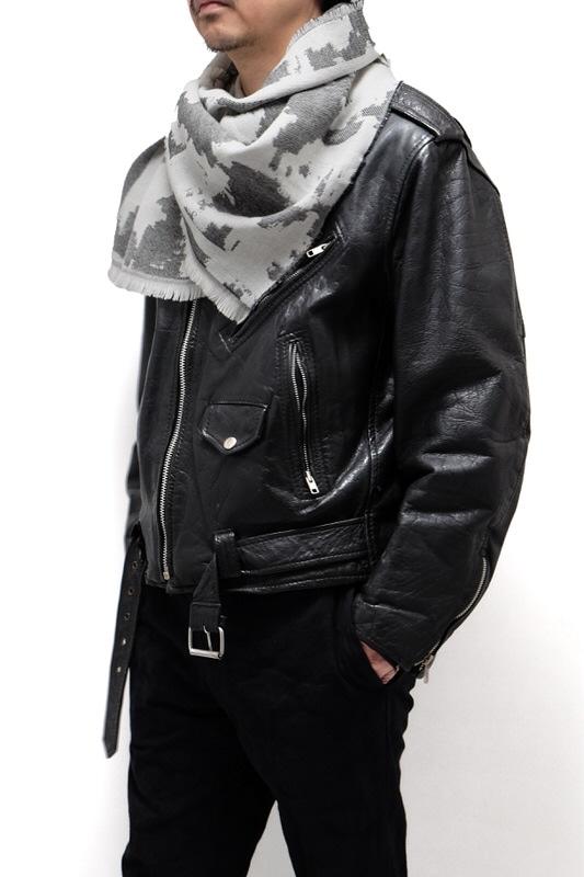 メンズストールと革ジャケットの秋コーデ