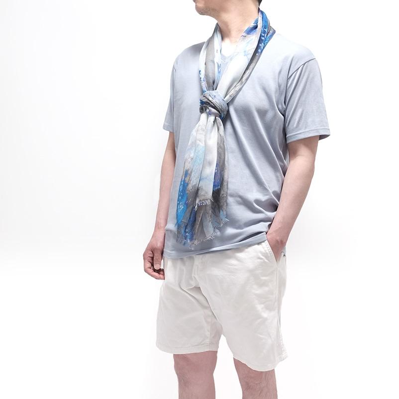 メンズストールとTシャツ水色の春夏コーデ
